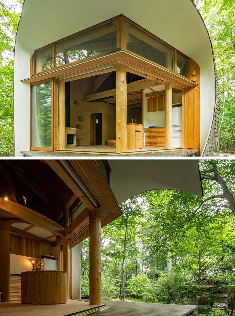 Cette petite maison a de grandes portes coulissantes qui aident à créer une expérience de vie intérieure / extérieure et permettent aux occupants de profiter de la nature qui entoure la maison. #PetiteMaison #Architecture #Portes #Maison Courbée