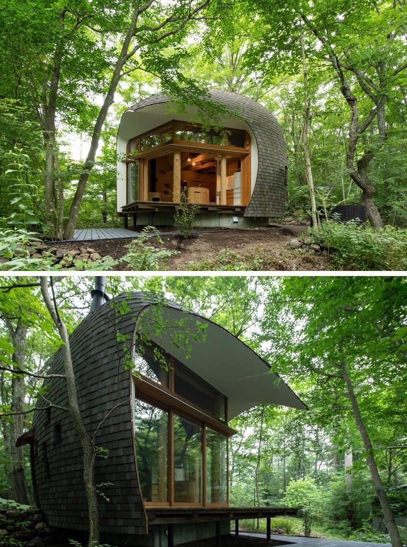 Tono Mirai Architects a conçu une petite maison dans la forêt de la préfecture de Nagano au Japon, qui a une apparence de coquille. #SmallHouse #ModernArchitecture #HouseDesign #Shingles