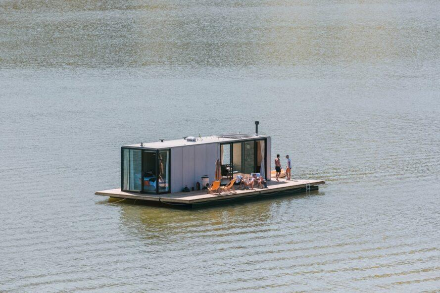 Vue aérienne de la maison grise avec pont flottant sur un lac