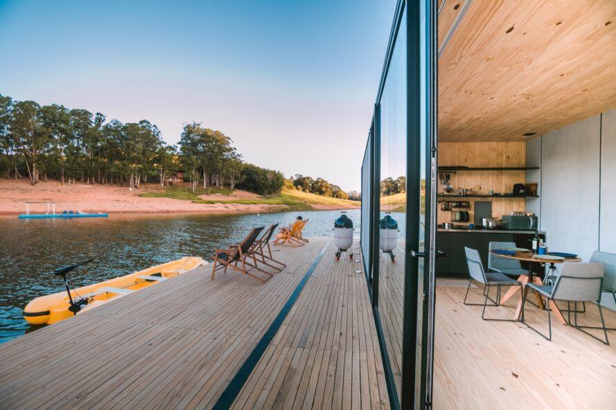 porte vitrée coulissante ouverte reliée à une terrasse d'une maison flottante