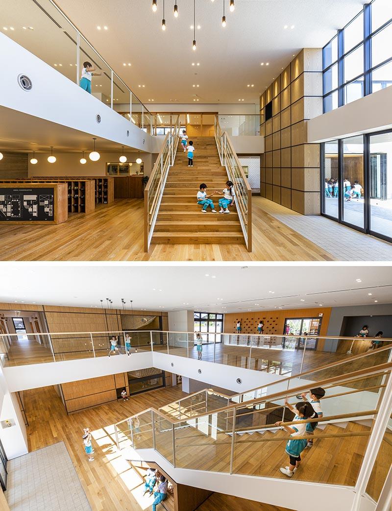 Sous la moitié inférieure de ces escaliers de jardin d'enfants se trouve une zone à ossature de bois qui abrite une aire de jeux pour enfants avec une petite fosse à balles. #KidsPlayArea #UnderStairDesign #KidsBallPit #InteriorDesign
