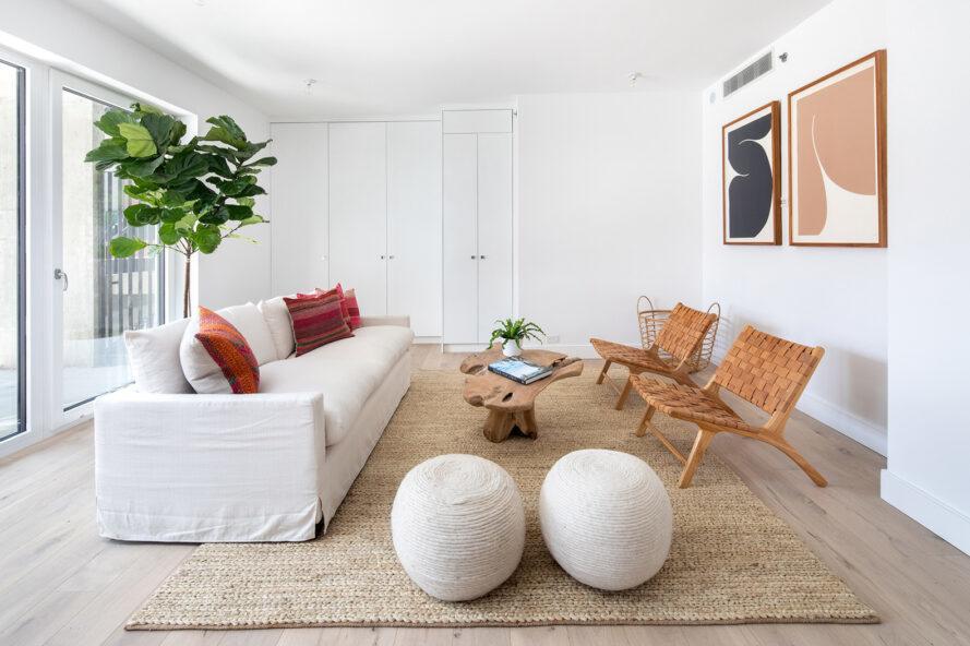 canapé blanc face à deux chaises marron