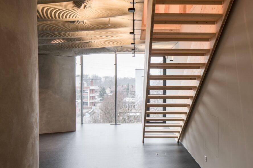 escaliers devant le mur de verre