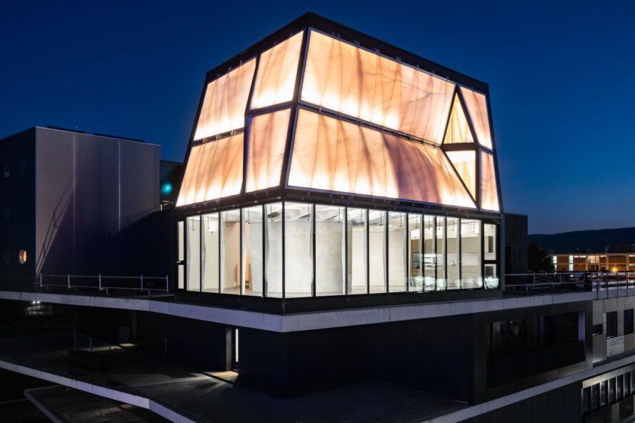 maison rougeoyante de blanc et de verre