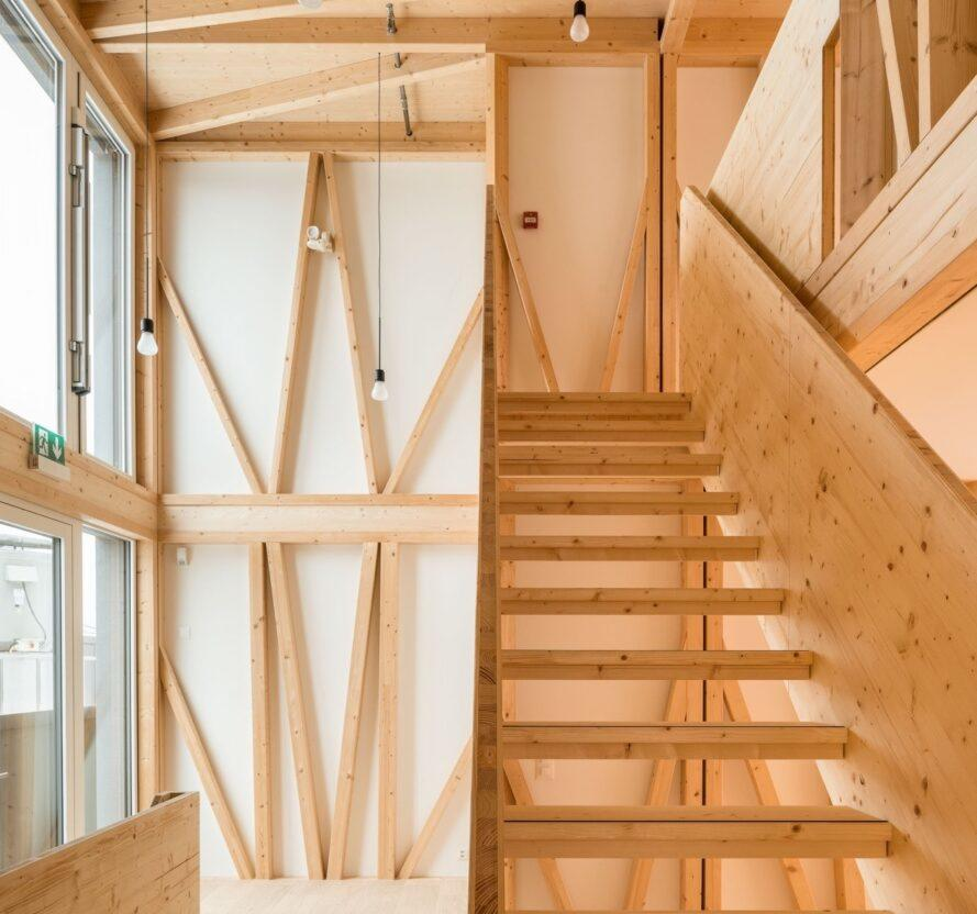 escalier en bois dans la pièce avec charpente en bois