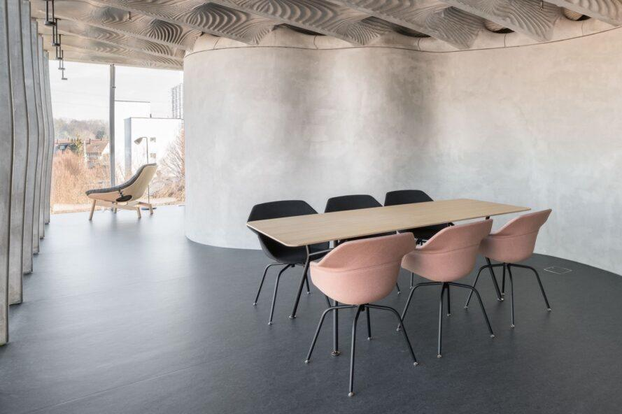 table en bois avec chaises noires et roses