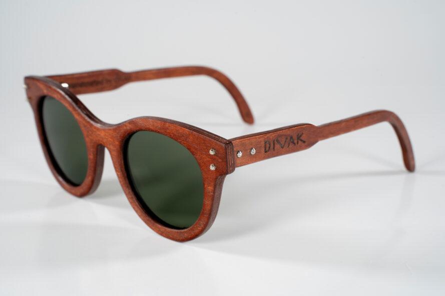 paire de lunettes de soleil en bois foncé sur fond blanc