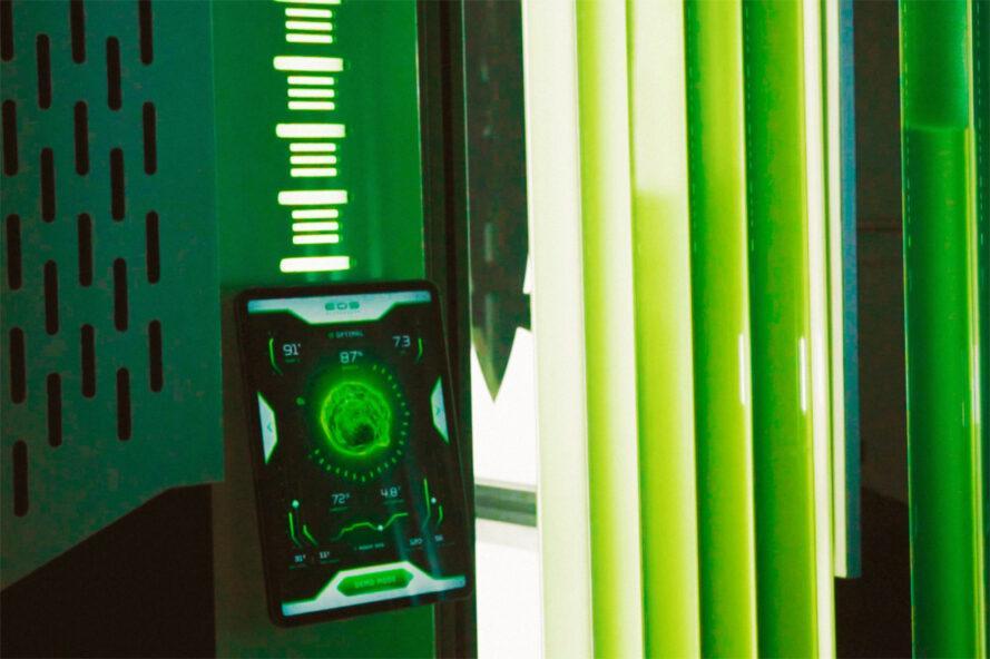 rendu de tubes d'algues à côté d'une petite tablette