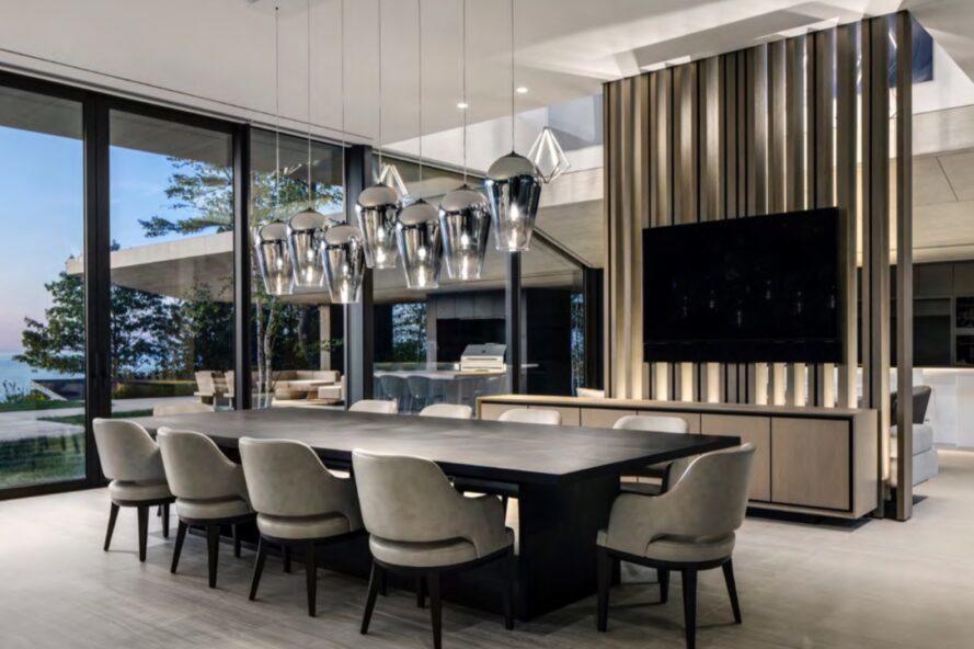 grande table à manger noire avec des chaises en peluche beige