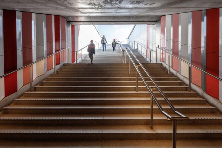 large escalier flanqué de murs en céramique rouge