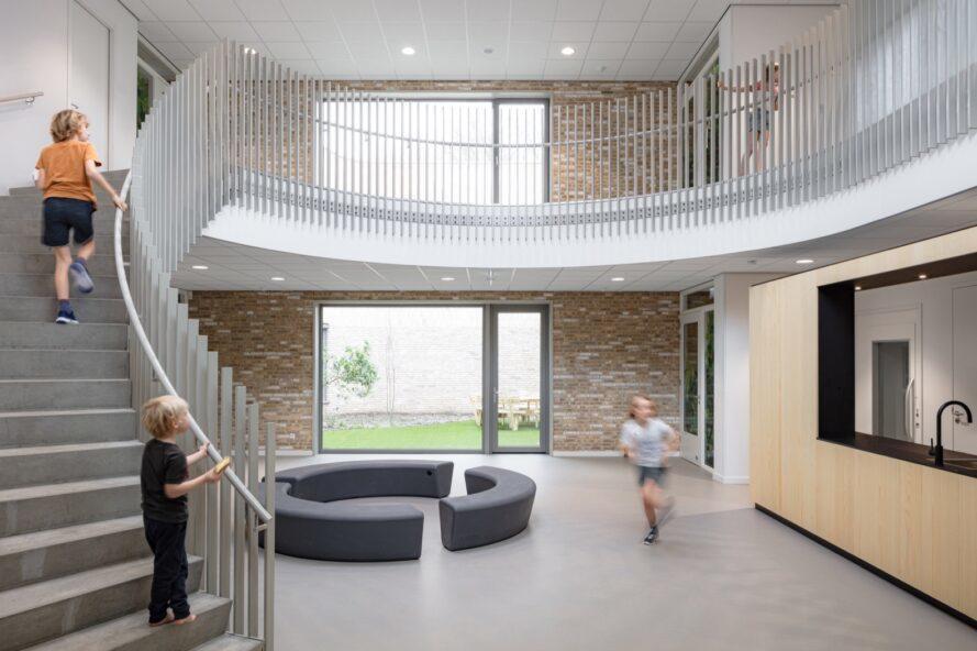 Les étudiants monter les escaliers dans le hall d'une école