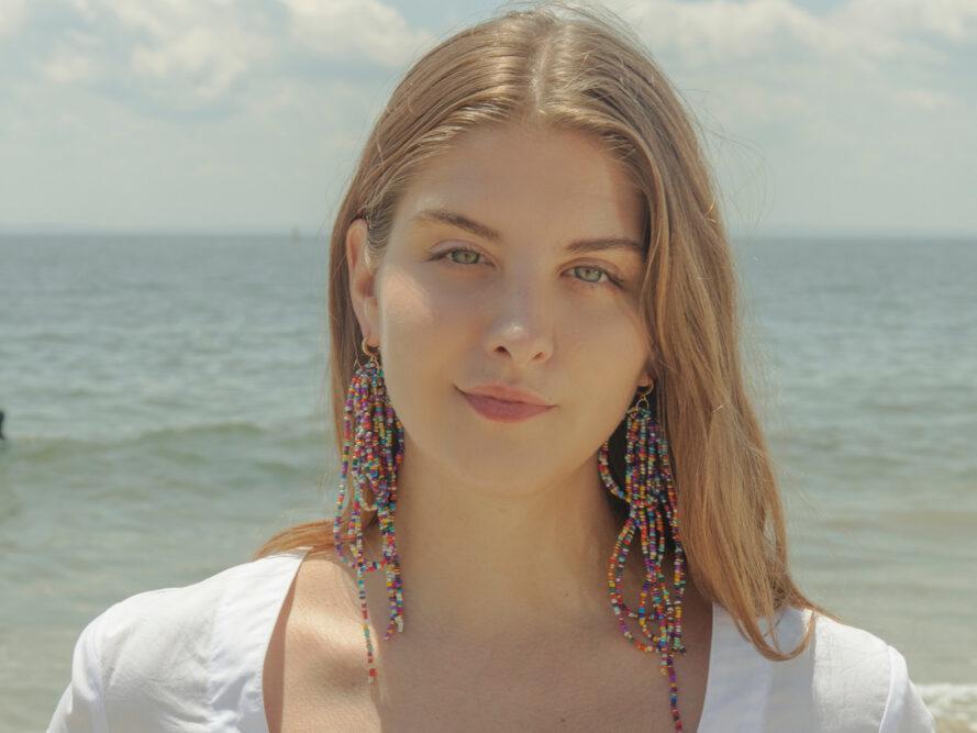 Personne portant des boucles d'oreilles drapées multicolores