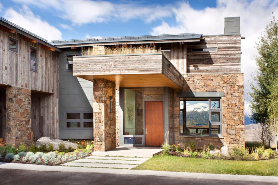 porte d'entrée orange recouverte d'un toit vert