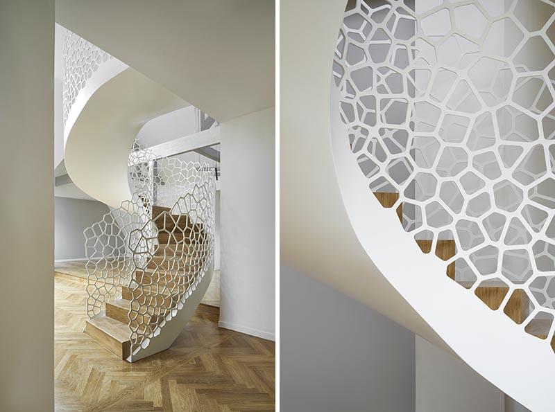 Cet appartement parisien dispose d'un escalier en colimaçon blanc artistique avec des formes organiques ressemblant à des cellules pour la balustrade.  #SpiralStaircase #WhiteSpiralStairs #WhiteStaircase #SculpturalStairs #ArtisticStairs