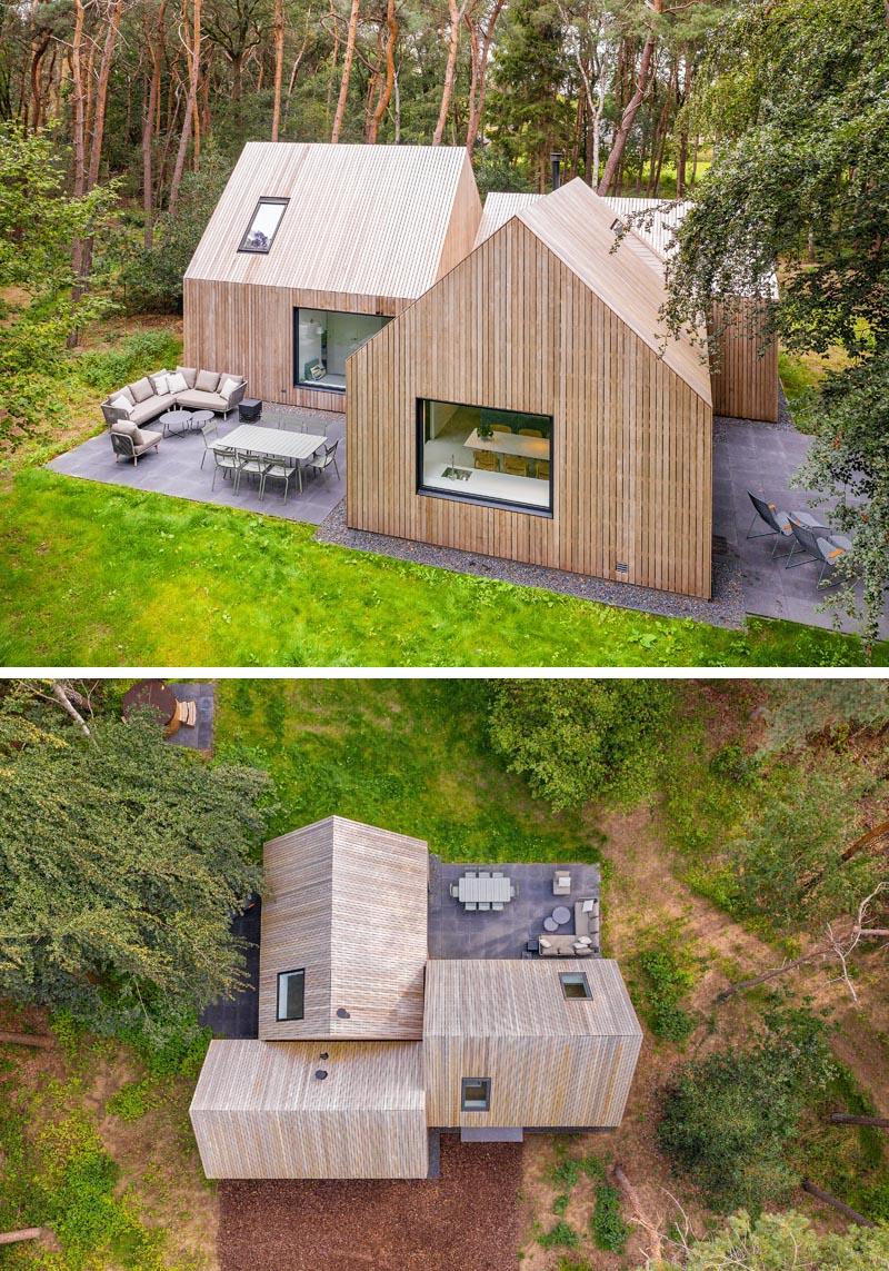 Entourée de pins, la maison en bois nommée «Villa Tonden», est composée de trois volumes en forme de maison archétypale.  #ModernArchitecture #HouseDesign #VillaDesign #WoodSiding