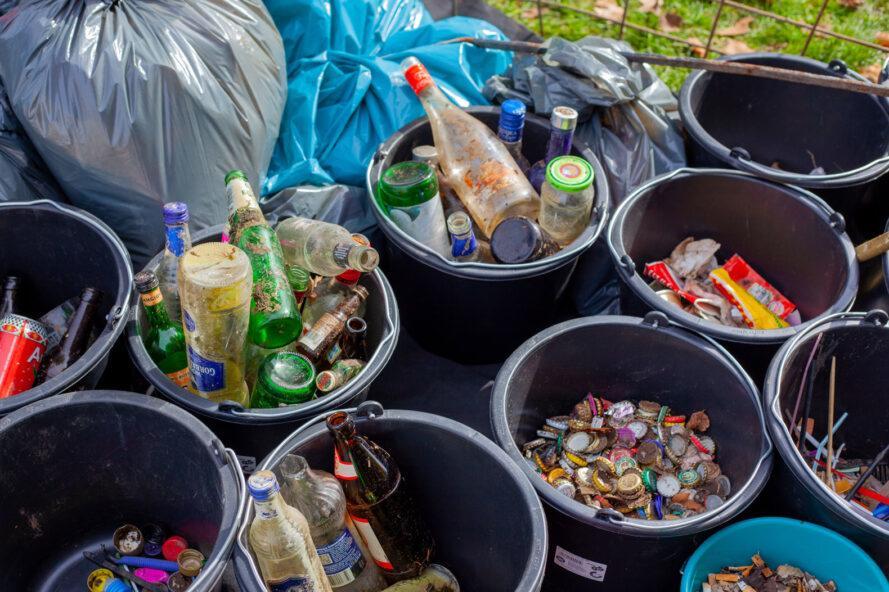 poubelles noires remplies de bouteilles et de bouchons de bouteilles