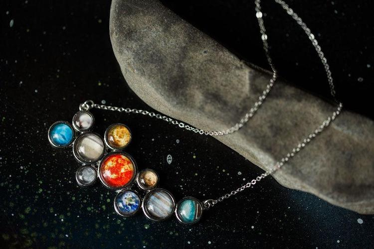 Collier plastron système solaire par Yugen Tribe