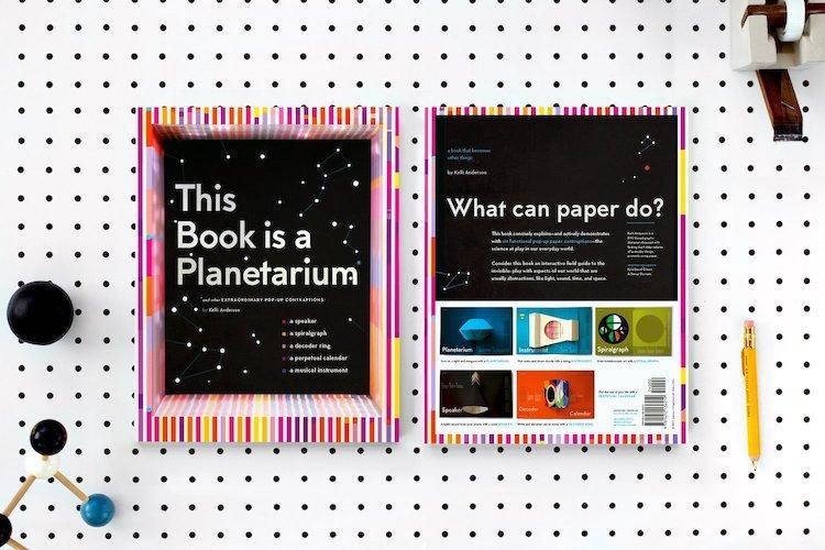 Ce livre est un planétarium