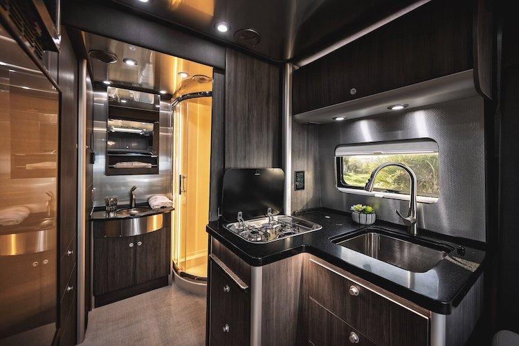 Intérieur du camping-car Airstream Atlas