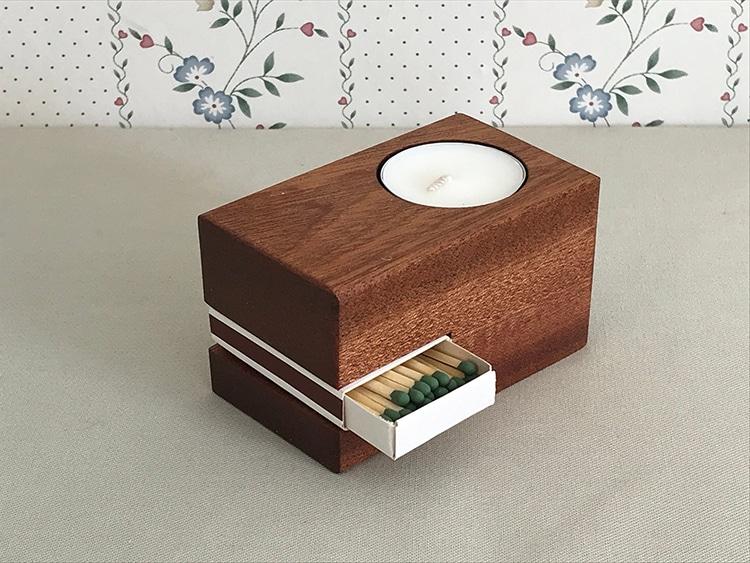 Bougie en bois sculpté et boîte d'allumettes