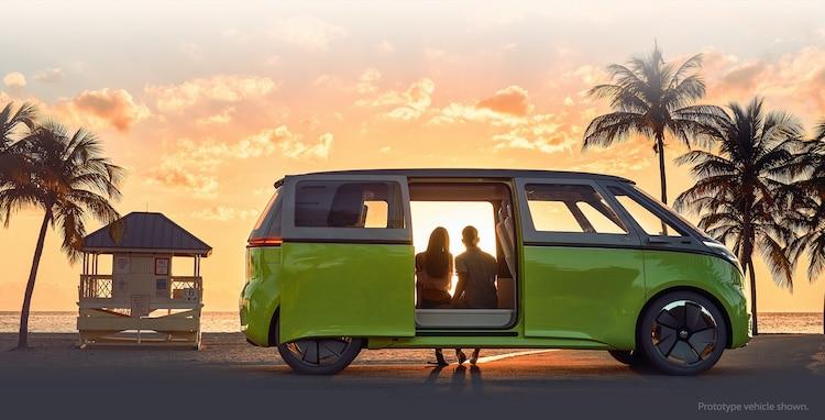Volkswagen ID Buzz au coucher du soleil