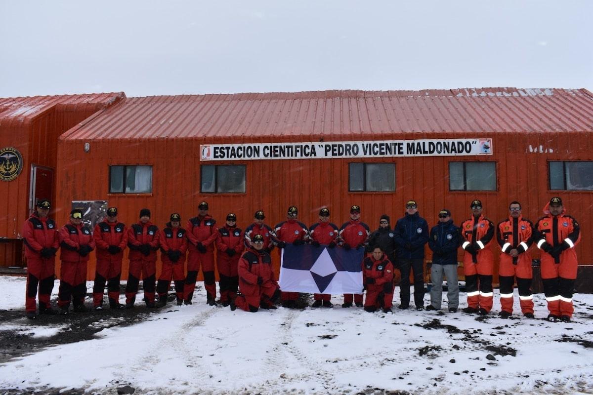 Membres des programmes antarctiques nationaux de l'Équateur et de la Colombie avec True South à la base de Maldonado, en Antarctique