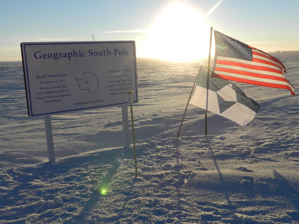 Le vrai Sud et le drapeau américain au pôle Sud géographique
