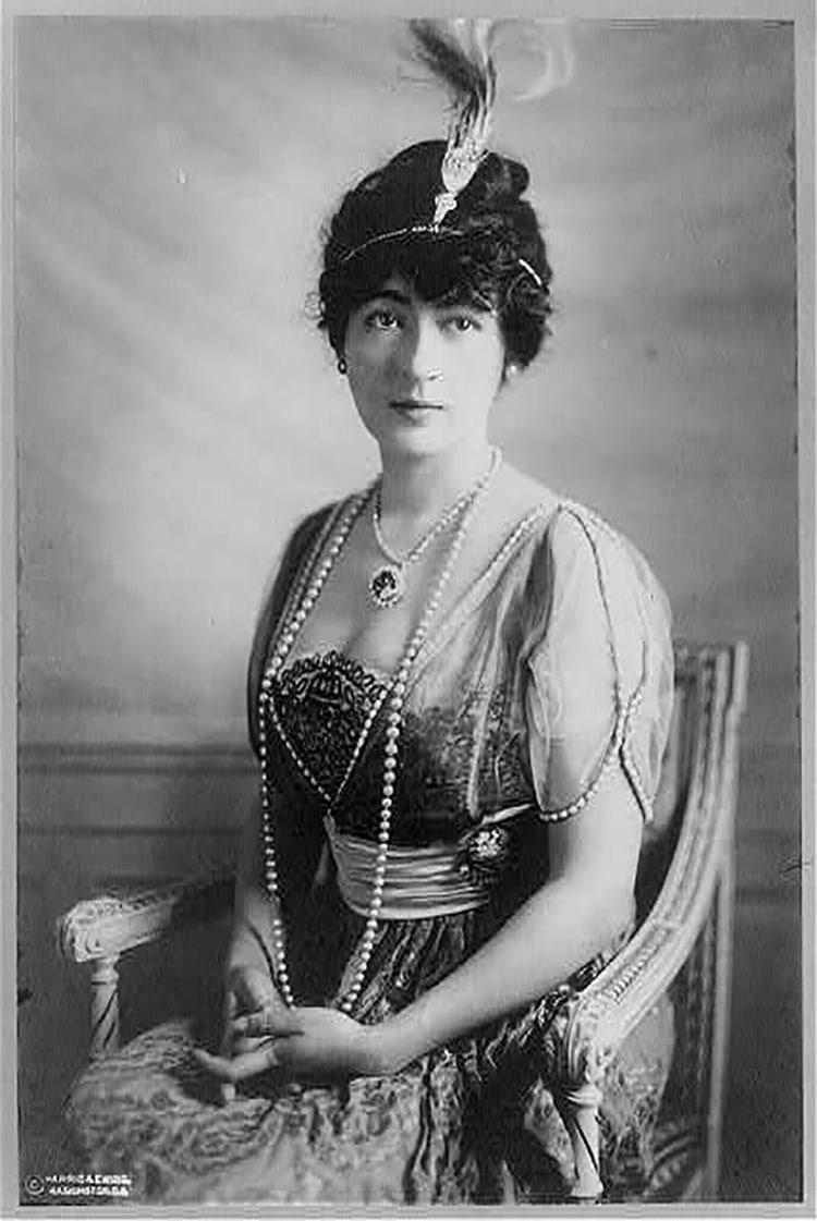 Evalyn Walsh McLean, 1886-1947 portant le diamant Hope