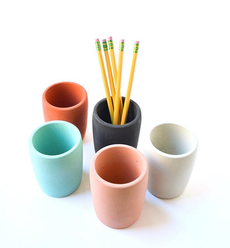 Gobelet porte-crayons en béton