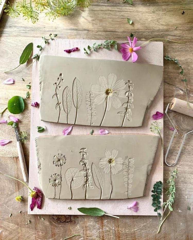 Poterie botanique et plats en céramique par Hessa Al Ajmani