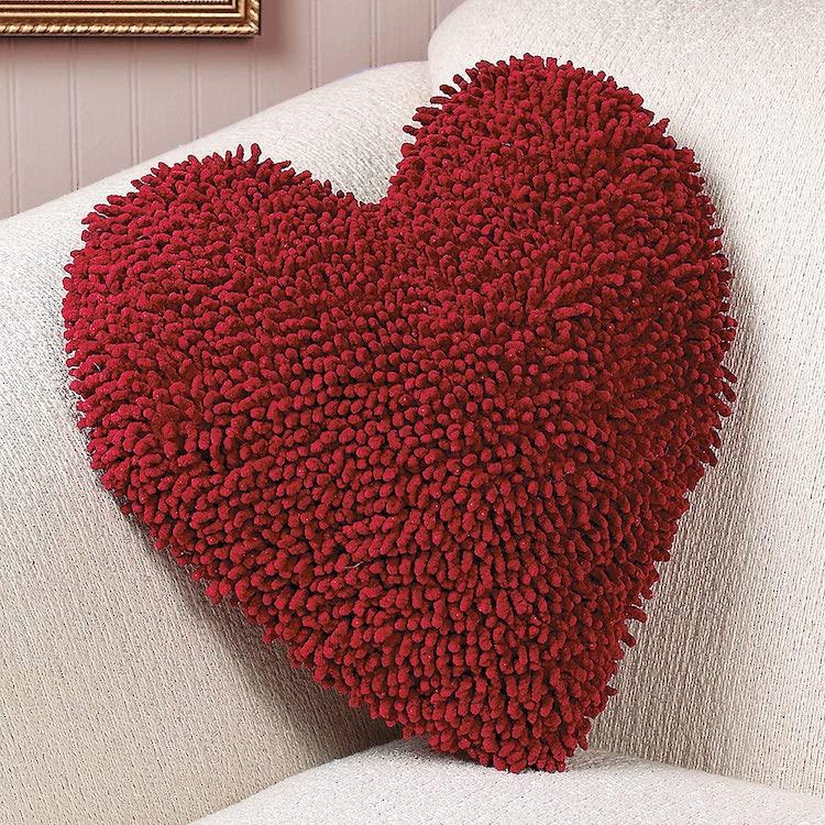 Oreiller rouge en forme de coeur